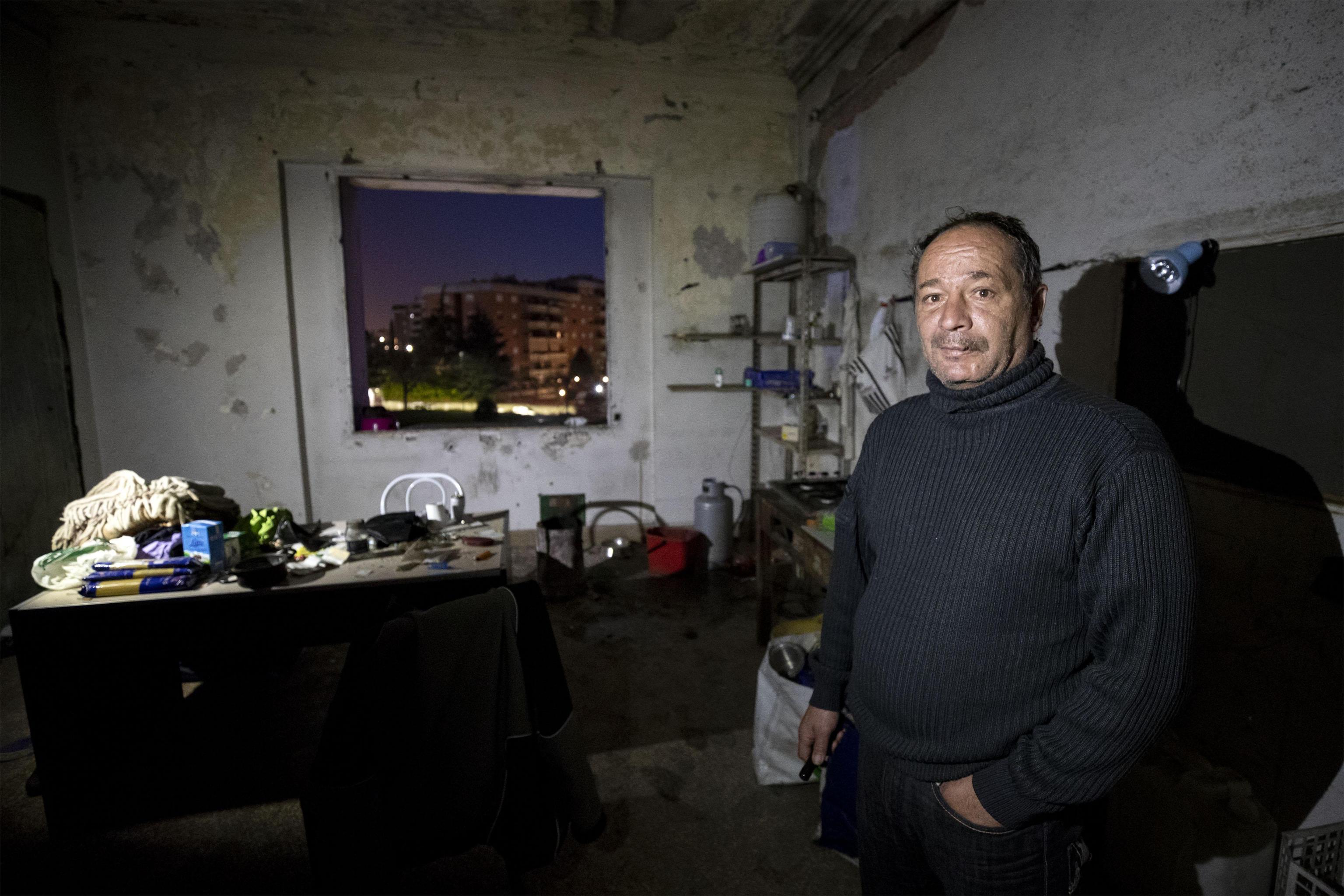 Alessandro un italiano che vive nell'ex fabbrica di penicillina su via Tiburtina a Roma, 10 dicembre 2018 ANSA/PERI PERCOSSI