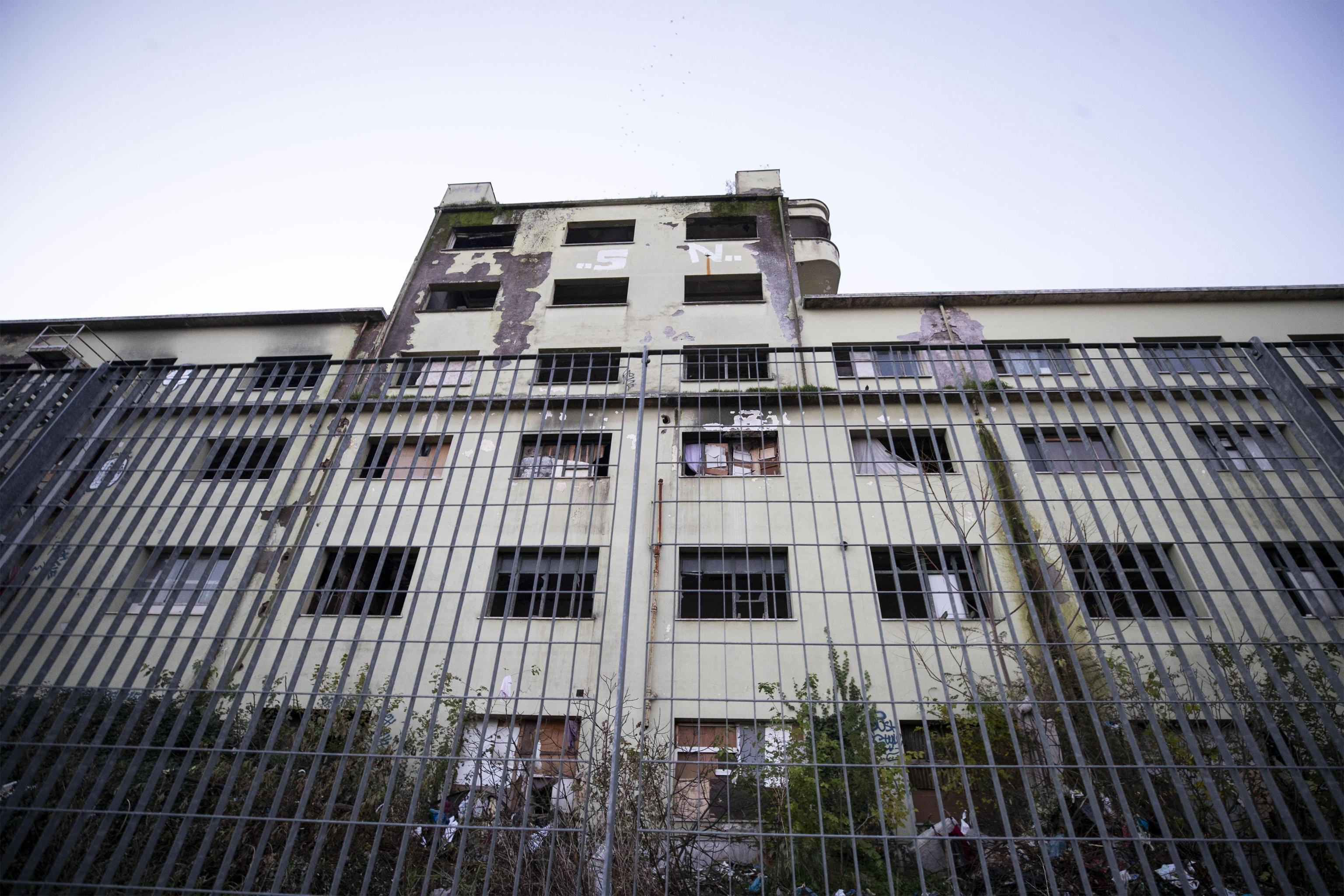 Un momento dello sgombero dell'ex fabbrica di penicillina su via Tiburtina a Roma, 10 dicembre 2018. ANSA/PERI - PERCOSSI