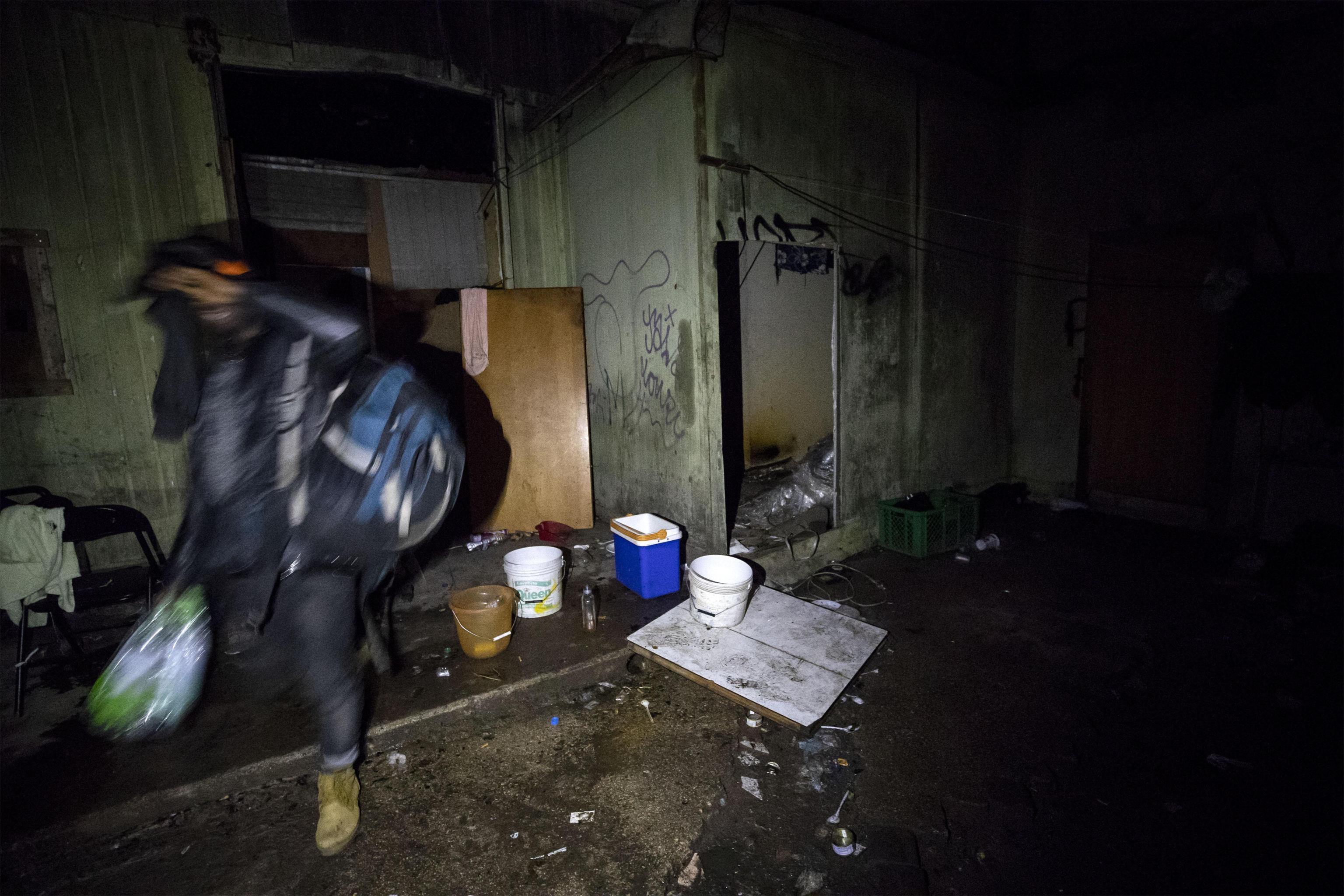 Un abitante porta via le sue cose prima dello sgombero dell'ex fabbrica di penicillina su via Tiburtina a Roma, 10 dicembre 2018. ANSA/PERI - PERCOSSI