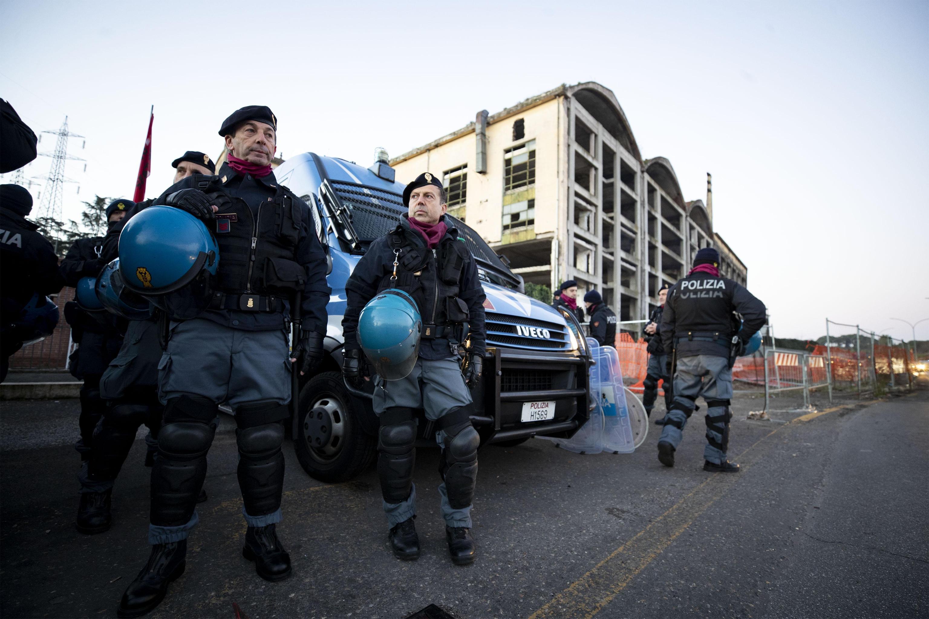La polizia fuori dell'ex fabbrica di penicillina su via Tiburtina a Roma, 10 dicembre 2018. ANSA/PERI - PERCOSSI