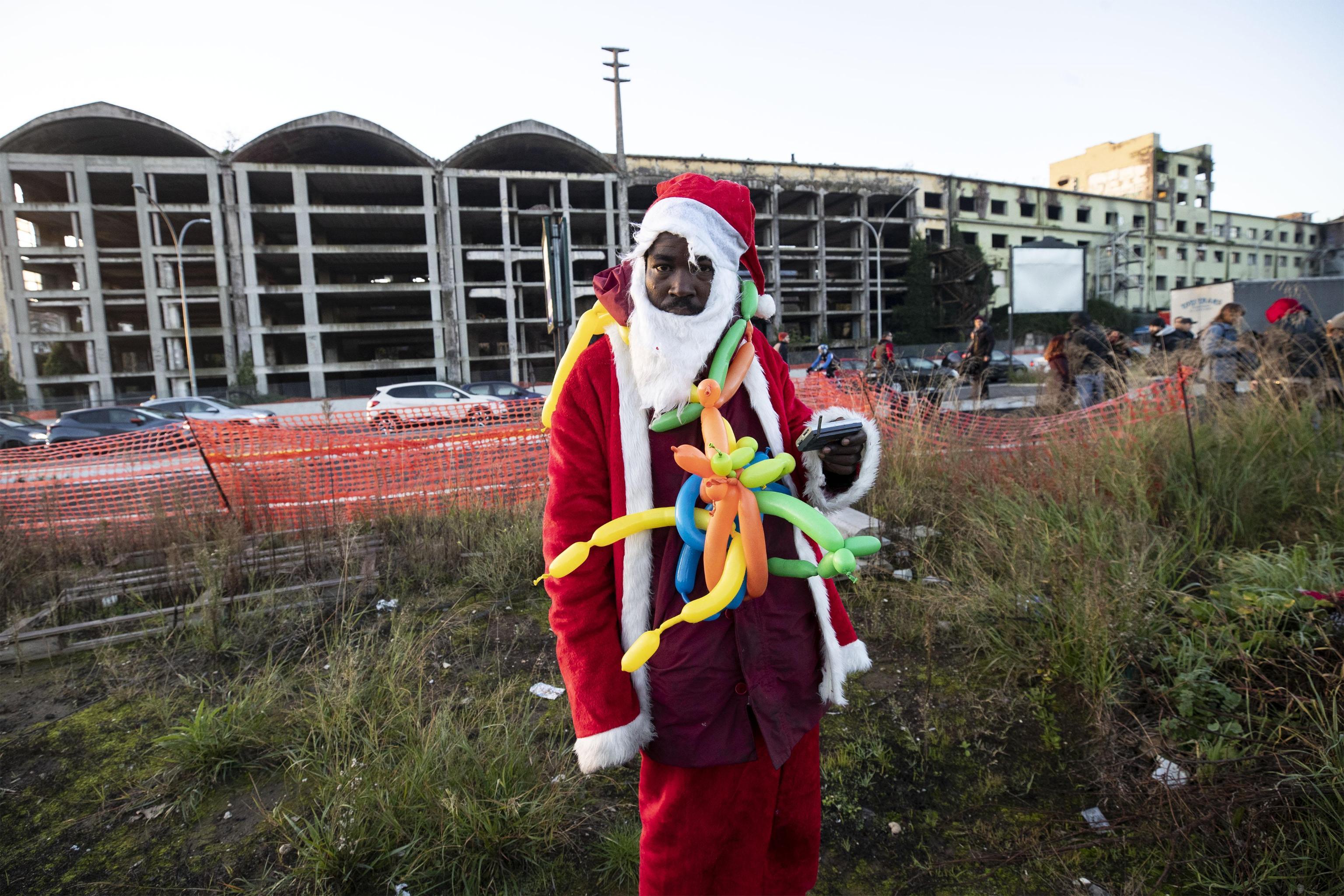 Un abitante, vestito da babbo Natale,  dell'ex fabbrica di penicillina su via Tiburtina a Roma, 10 dicembre 2018. ANSA/PERI - PERCOSSI