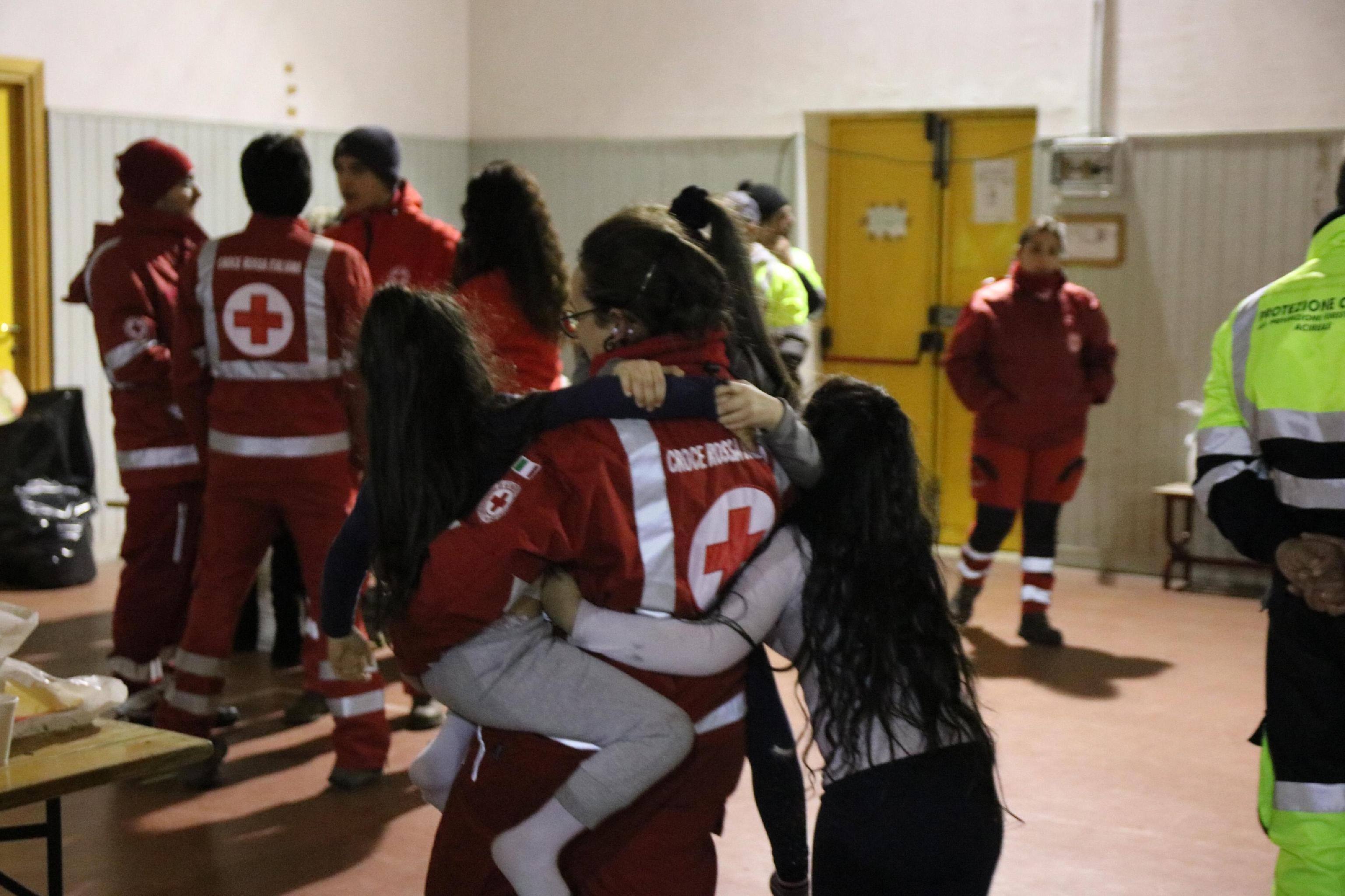 ci-sono-anche-bambini-tra-gli-sfollati-accolti-ad-acireale-dopo-il-terremoto-provocato-dalletna-foto-ansa