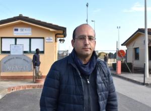 Il sindaco di Mineo Giuseppe Mistretta davanti la sede del Cara.