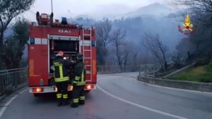 Incendio a Genova, sfollati, scuole e A10 chiuse