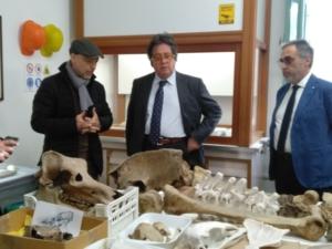 Sebastiano Tusa in visita al laboratorio del museo di Comiso, insieme a Gianni Insacco.