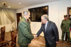 Il segretario generale delle Nazioni Unite Antonio Guterres col maresciallo Khalifa Haftar a Benghazi.