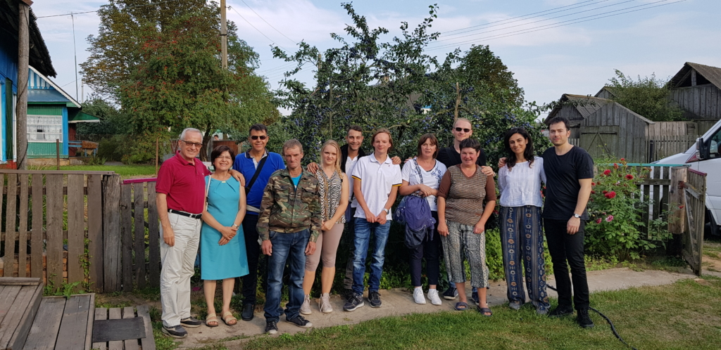 In Bielorussia con tutta la famiglia allargata. Notare Pavel che sorride abbracciando le due mamme!