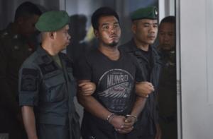 Ronnakorn Romruen, 23 anni, scortato dalla polizia, accusato dell'omicidio della giovane turista tedesca, Thailandia, 9 apriel 2019.