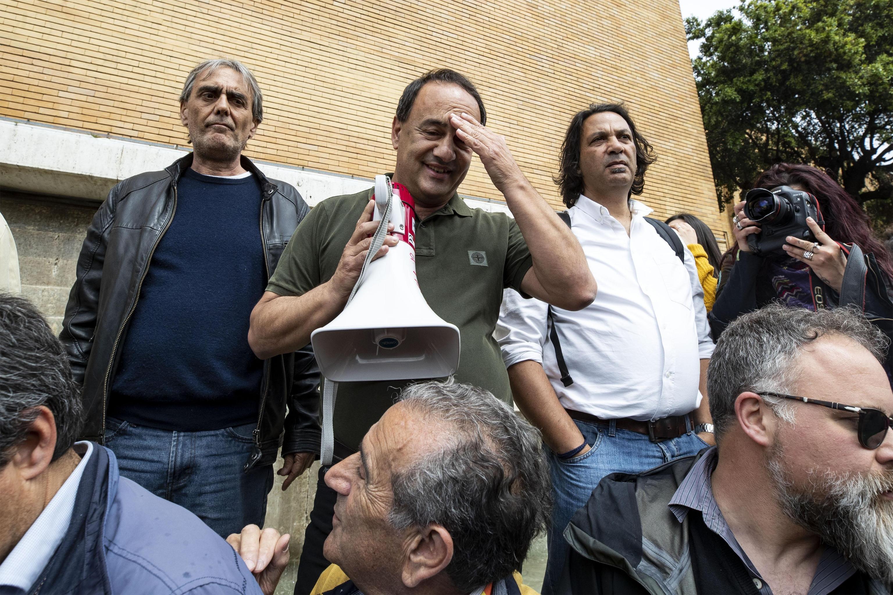 L'ex sindaco di Riace Mimmo Lucano (C) parla agli studenti della sapienza radunati in piazzale Aldo Moro, Roma, 13 maggio 2019 ANSA/MASSIMO PERCOSSI