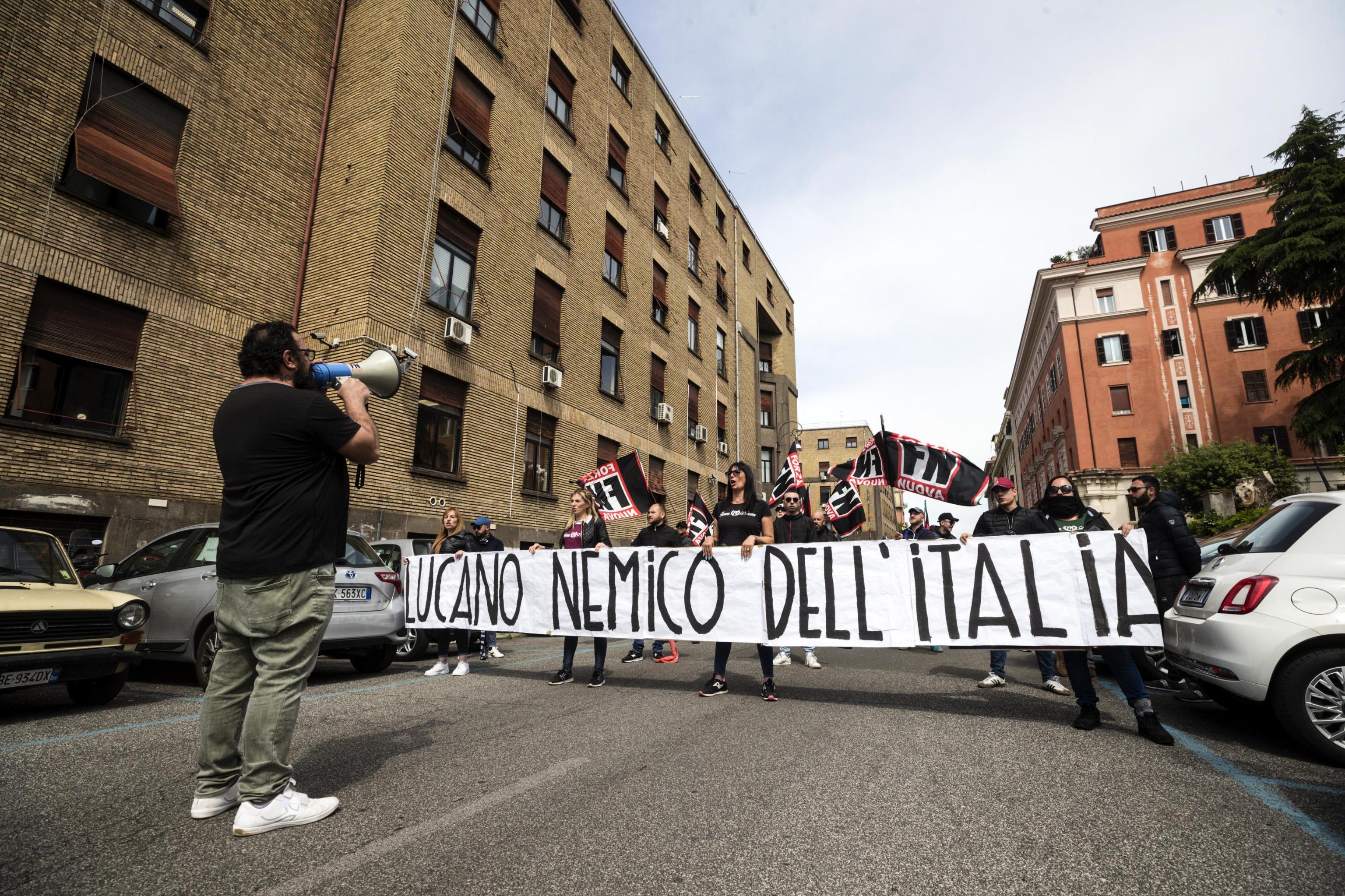 Un momento della manifestazione di Forza Nuova a Castro Pretorio contro l'intervento dell'ex sindaco di Riace Mimmo Lucano all'universita