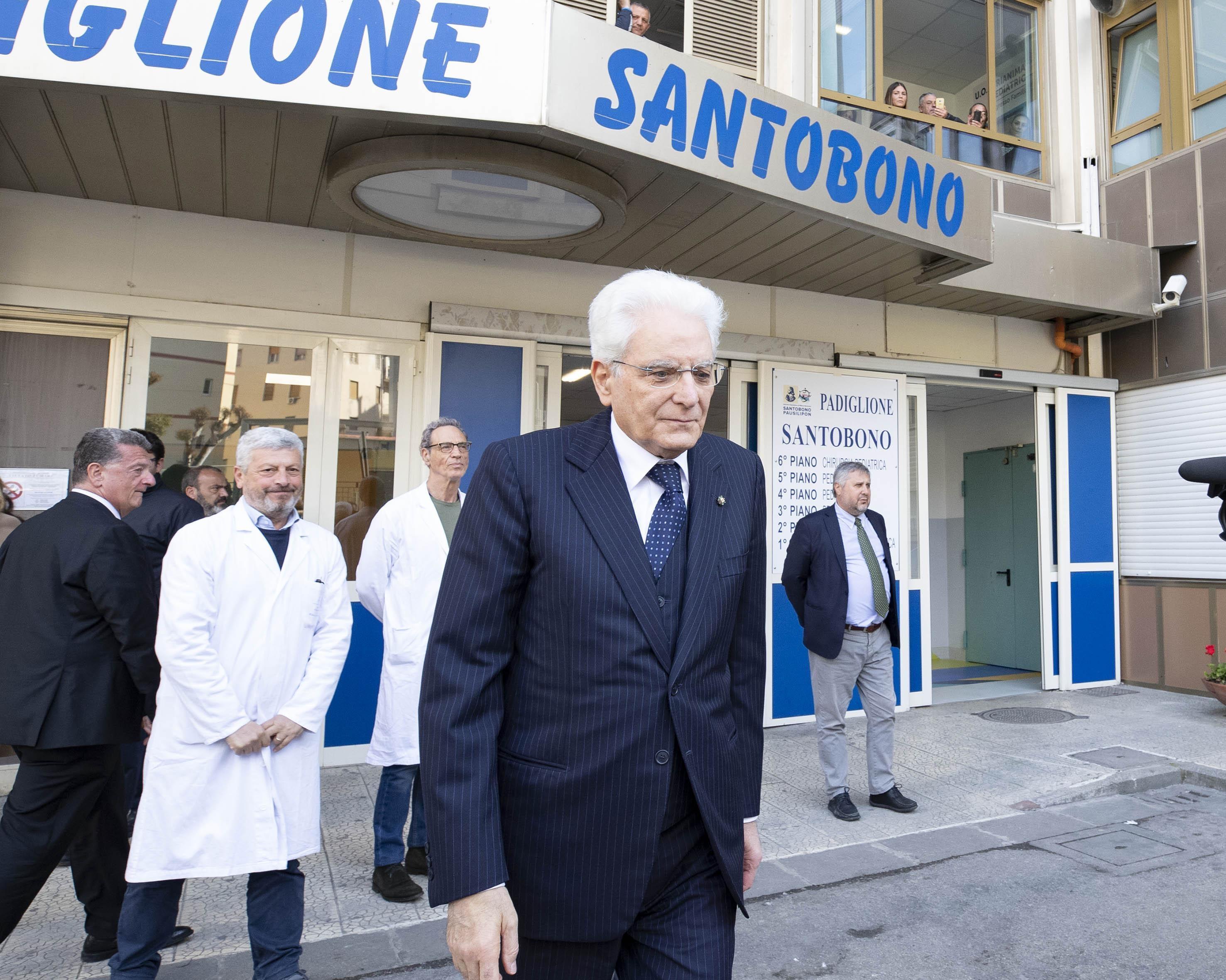 il-presidente-della-repubblica-sergio-mattarella-a-napoli-allospedale-santobono-in-visita-alla-piccola-noemi-foto-ansa