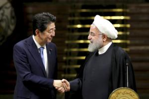 Il primo ministro giapponese Shinzo Abe e il presidente iraniano Hassan Rouhani.