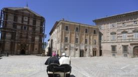Il papa a Camerino: «Uno di noi»