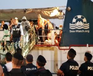 Un momento dello sbarco dei 40 migrati a bordo della Sea Watch.