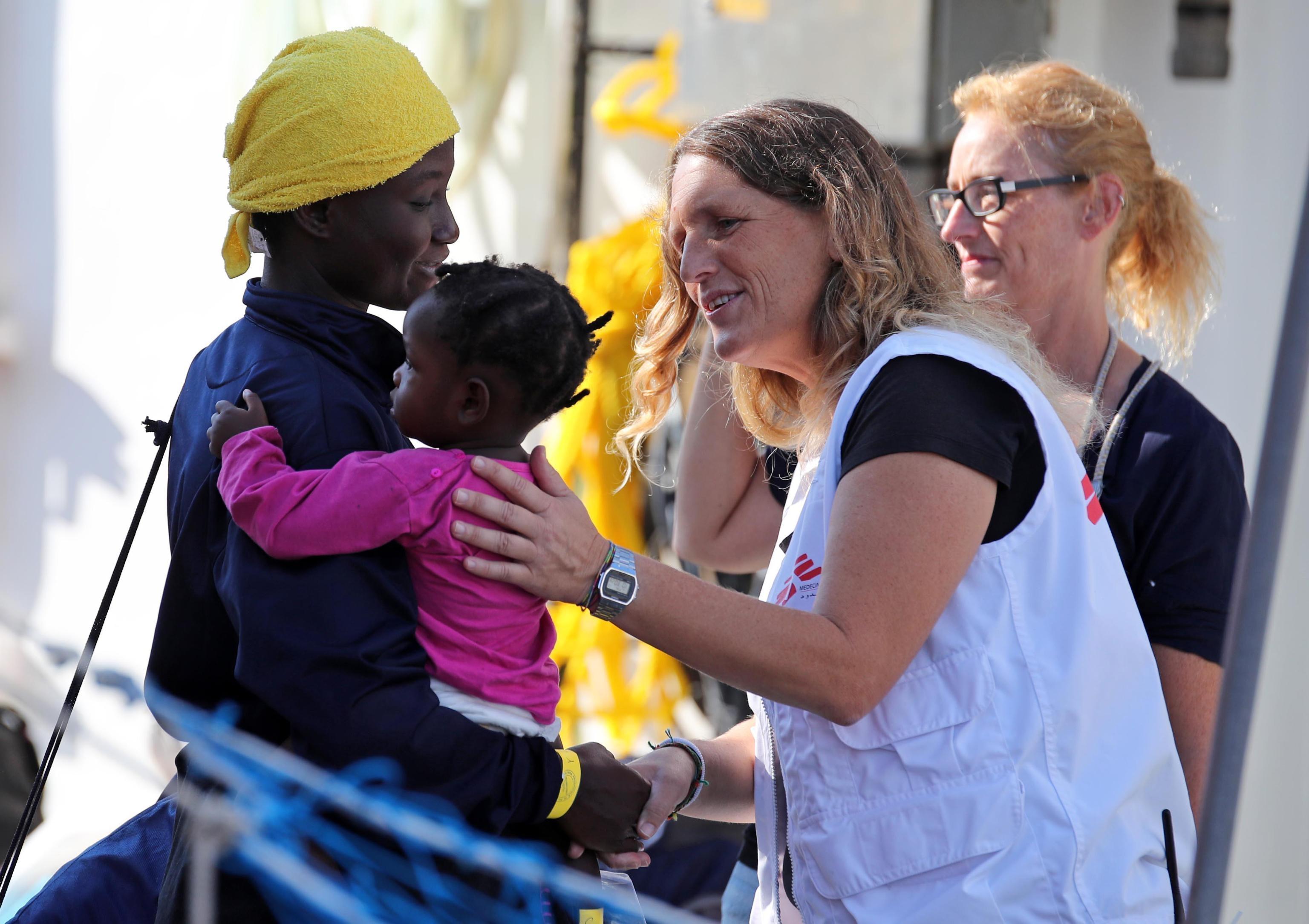 una-donna-col-suo-bambino-accolti-dai-medici-mentre-scendono-dalla-nave-aquarius-di-sos-mediterranee-con-a-bordo-604-migranti-foto-ansa