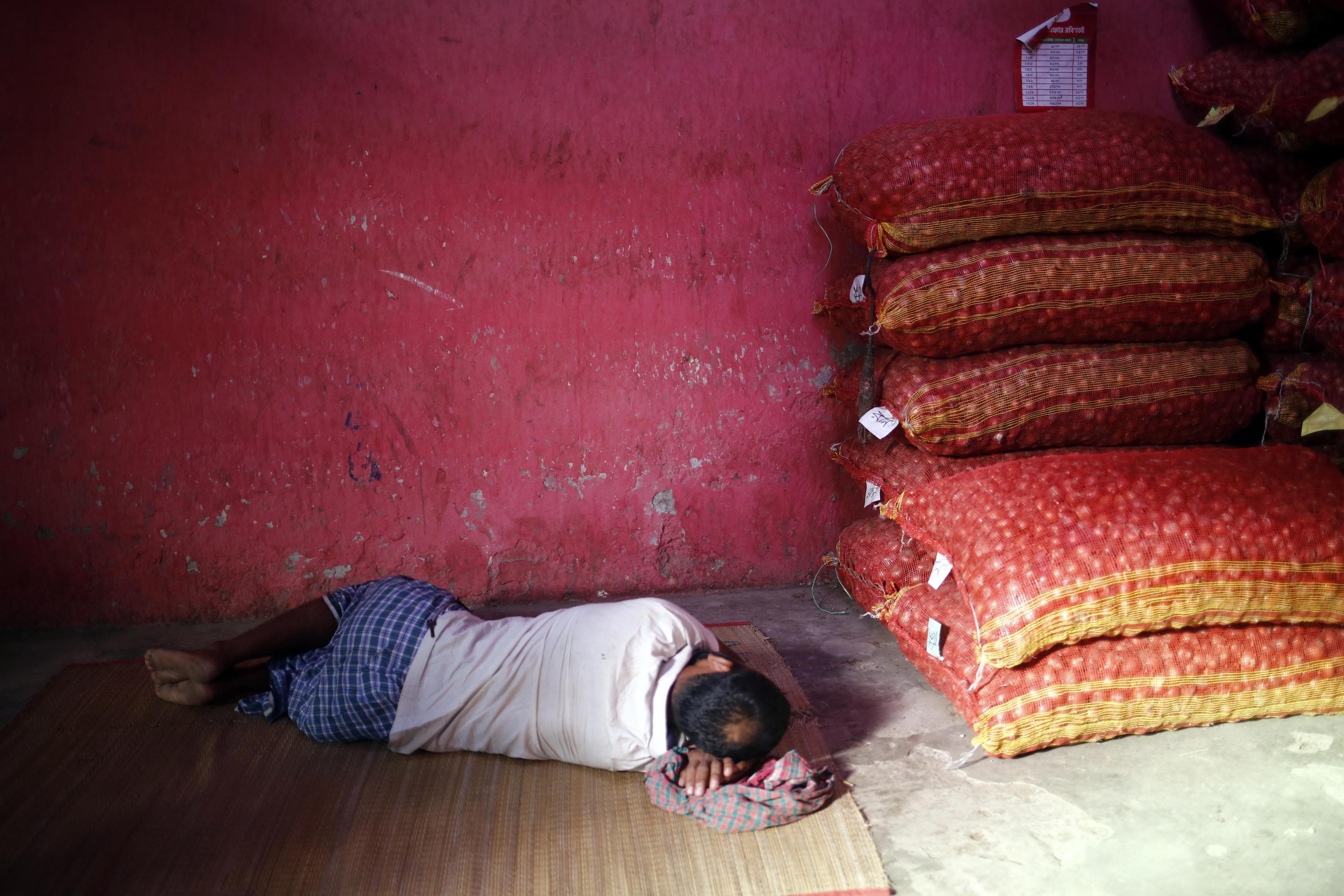 epa07827720 A Bangladeshi vendor sleeps at a vegetal wholesale market in the Shyam Bazar in Dhaka, Bangladesh, 08 September 2019.  EPA/MONIRUL ALAM