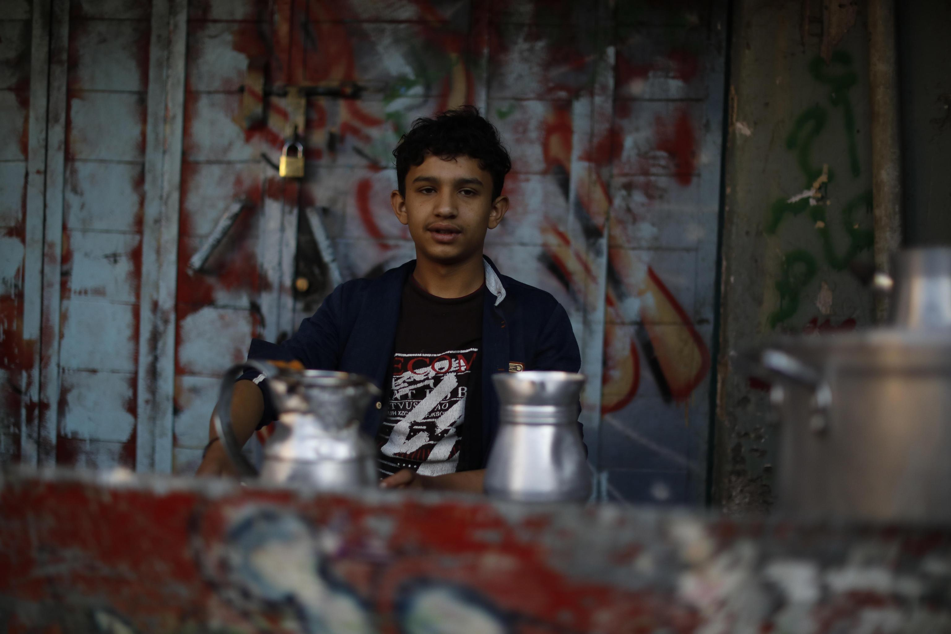 epa07929508 A man prepares tea for sale at a market in the old quarter of Sanaâa, Yemen, 18 October 2019. Yemen has been in a state of political crisis since the 2011-street protests, culminating in the outbreak of a fighting in March 2015 when the Saudi-led military coalition launched a massive air campaign against the Houthi rebel group, which overran much of the Arab country.  EPA/YAHYA ARHAB