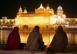 Fedeli sikh presso il Tempio d'oro, nella località di Amritsar, nello Stato del Punjab, in India. È considerato il tempio più sacro della loro religione.