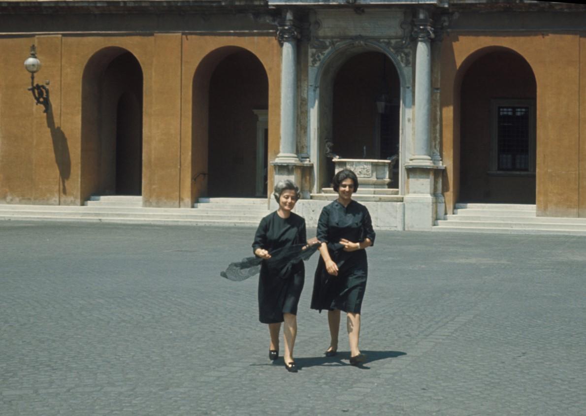 Chiara Lubich ed Eli Folonari escono dalla prima udienza con Paolo VI
