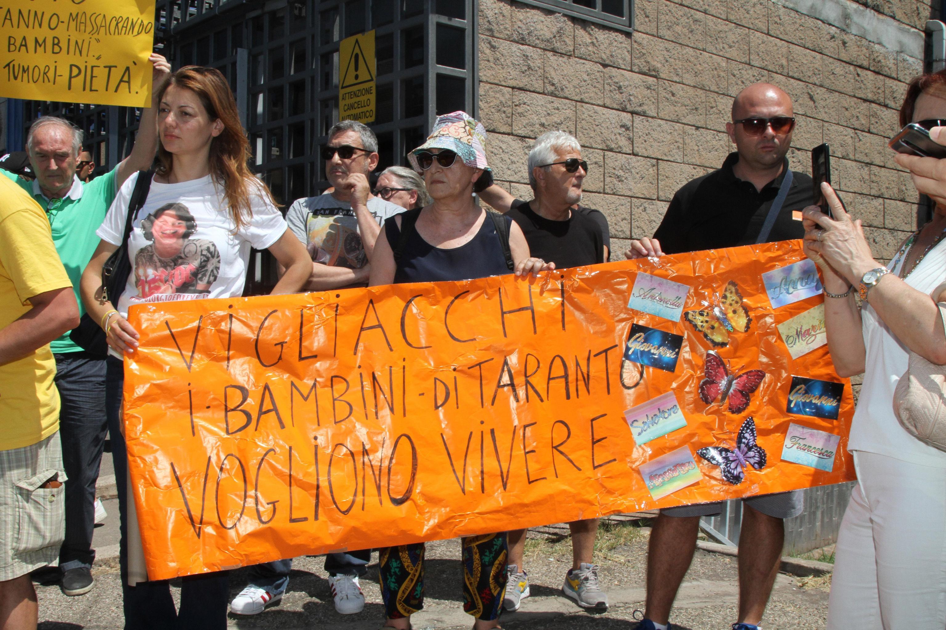 Un cartello esposto durante la manifestazione delle associazioni ambientaliste tarantine davanti alla sede della Arcelor Mittal di protesta contro le politiche del Governo, Taranto, 24 giugno 2019. ANSA/RENATO INGENITO