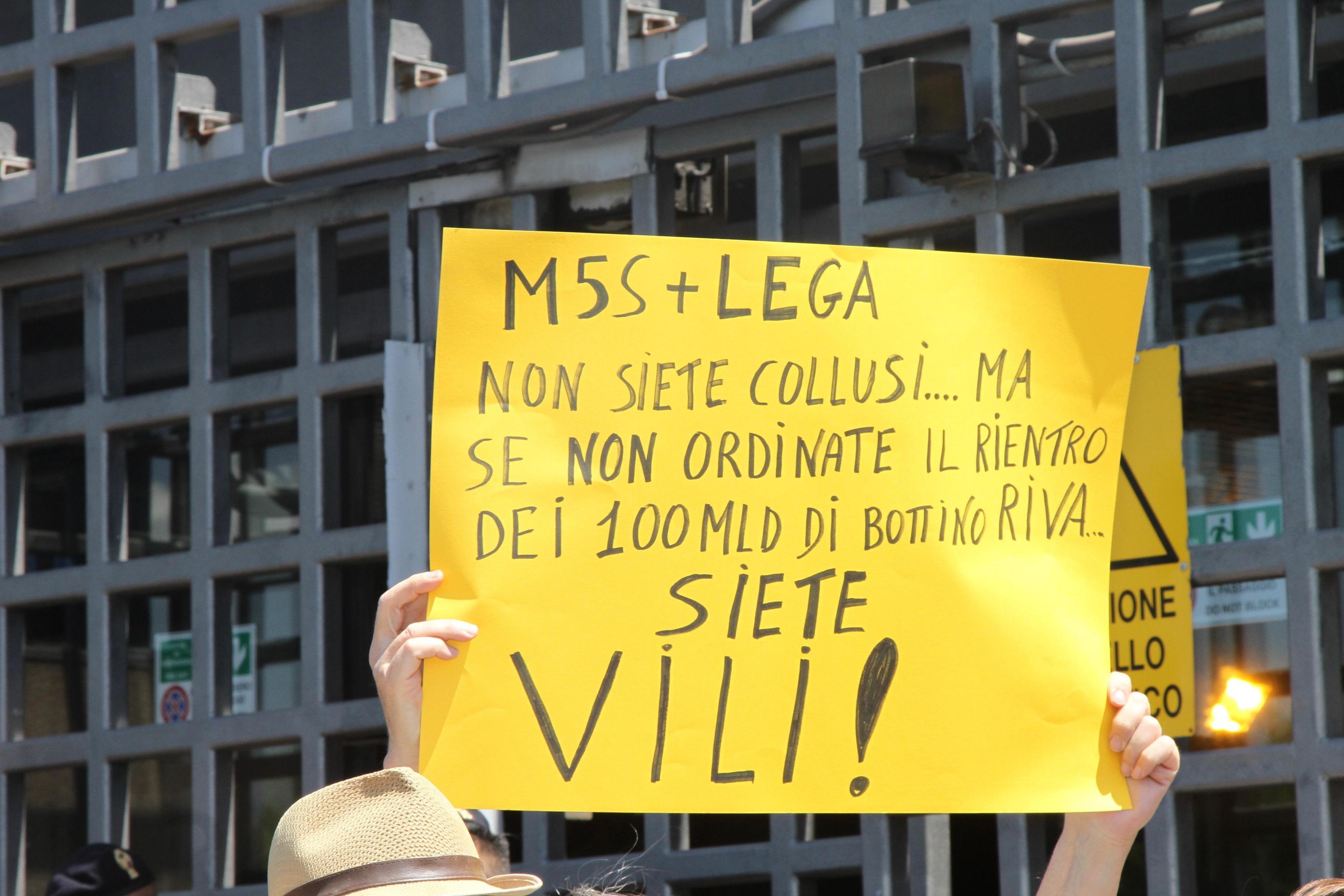 Un cartello esposto durante la manifestazione di protesta delle associazioni ambientaliste tarantine contro le politiche del Governo davanti alla sede della Arcelor Mittal, Taranto, 24 giugno 2019. ANSA/RENATO INGENITO