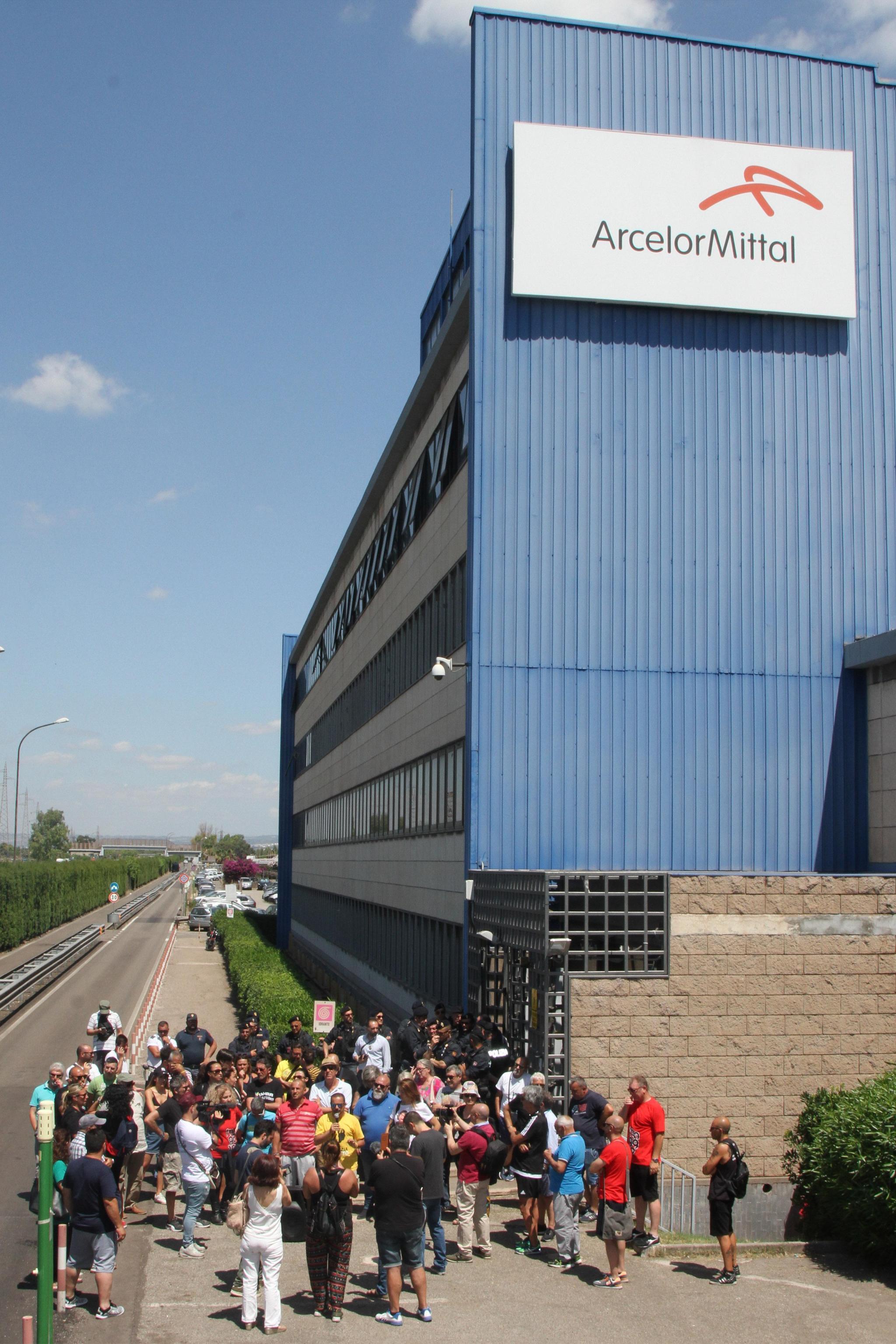 La manifestazione di protesta delle associazioni ambientaliste tarantine contro le politiche del Governo davanti alla sede della Arcelor Mittal, Taranto, 24 giugno 2019. ANSA/RENATO INGENITO