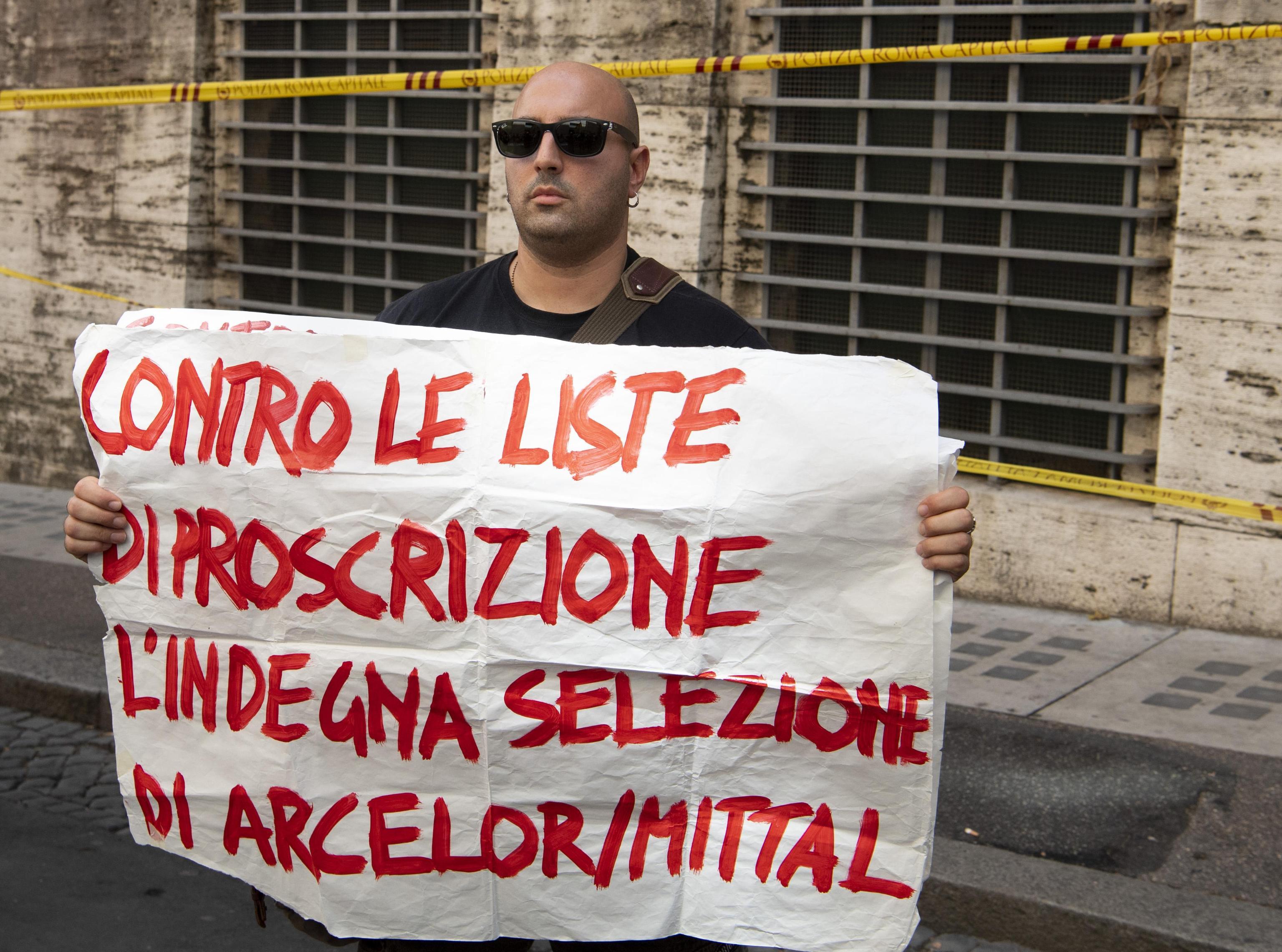 Lavoratori di Arcelor Mittal manifestano sotto il Mise a Roma, 9 luglio 2019.   ANSA/MAURIZIO BRAMBATTI
