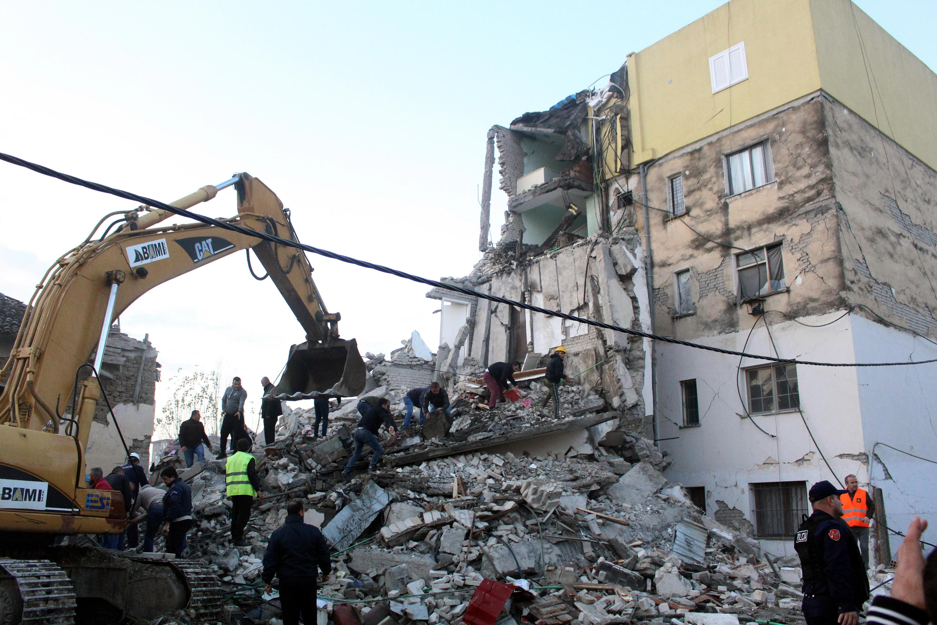 epa08025883 People search for survivors in the rubble of a building after an earthquake hit Thumane, Albania, 25 November 2019. Albania was hit by a 6.4 magnitude earthquake on 26 November 2019, leaving three people dead and dozens injured.  EPA/MALTON DIBRA