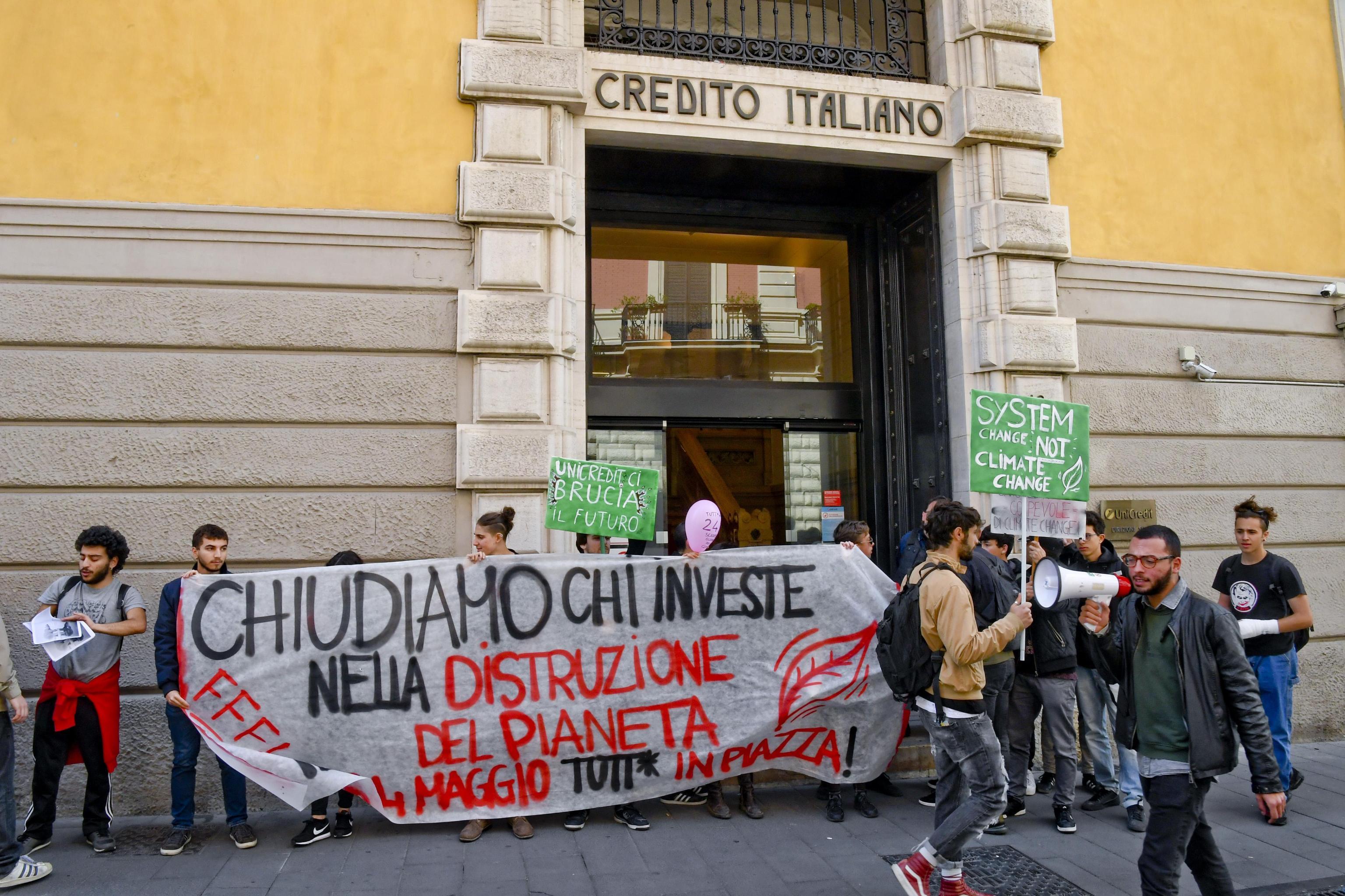 Il sit-in di protesta a Napoli davanti ad una delle filiali dell'Unicredit 'colpevole' con altri istituti bancari, secondo i manifestanti appartenenti al movimento studentesco ambientalista