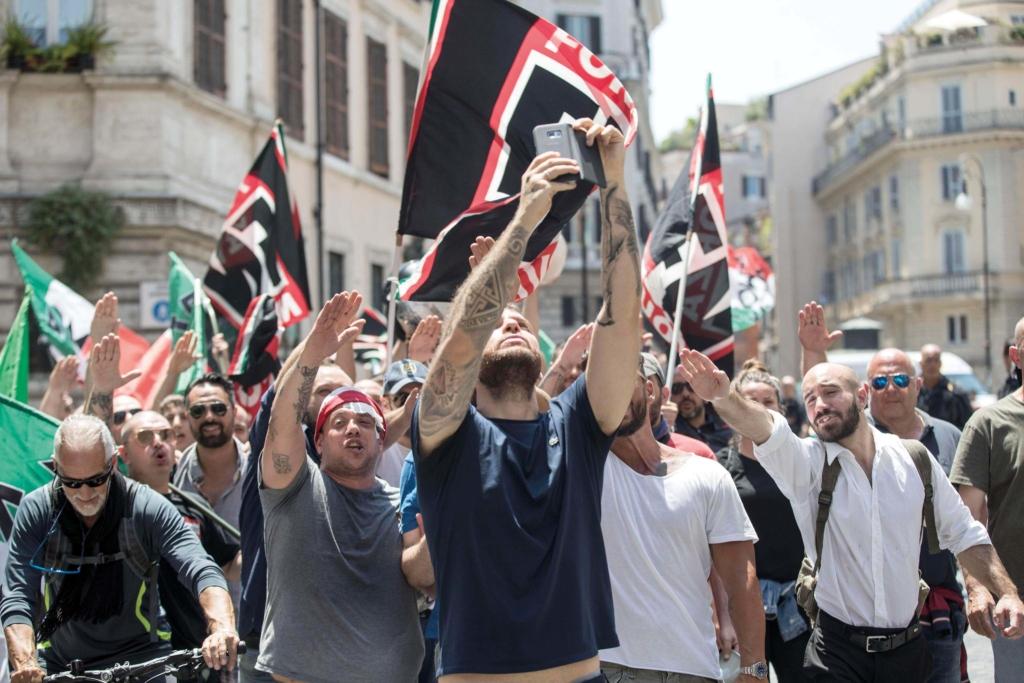 Il saluto romano di manifestanti di Forza Nuova.