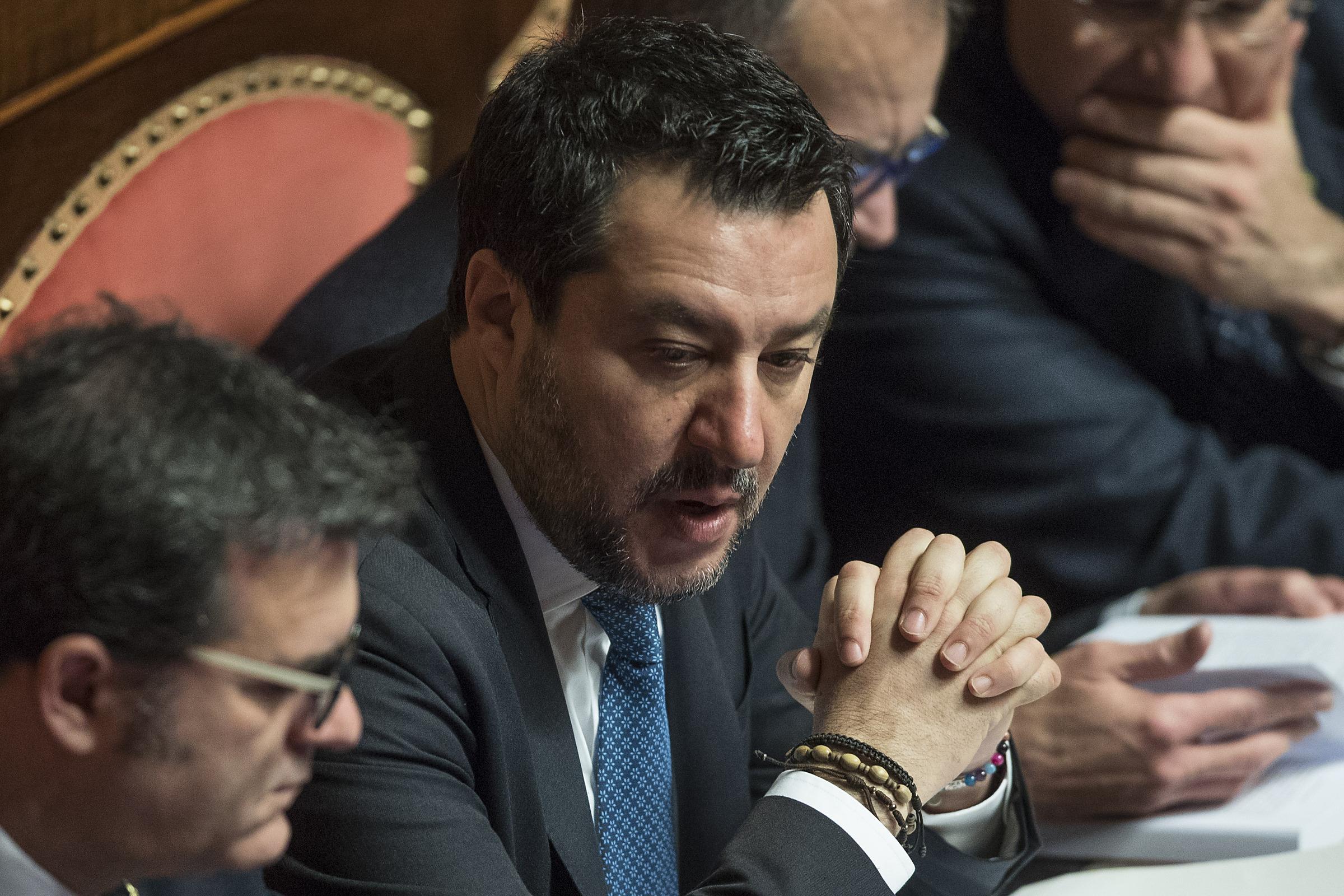 Matteo Salvini in attesa del voto al Senato (Foto Roberto Monaldo / LaPresse)