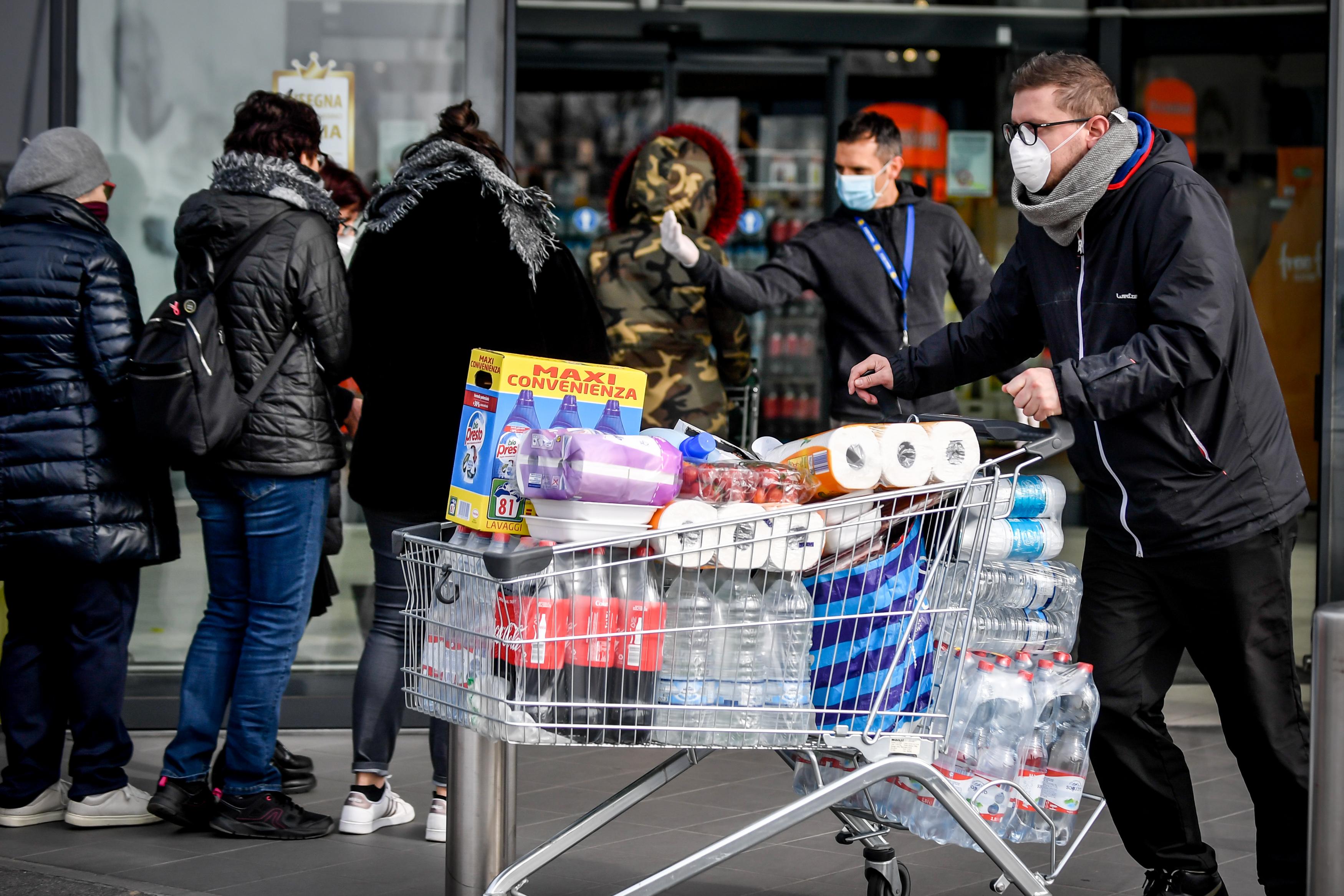 Foto Claudio Furlan - LaPresse  23 Febbraio 2020 Casalpusterlengo (Italia)  News Code al supermercato per gli approvvigionamenti nella zona del lodigiano colpita dal coronavirusPhoto Claudio Furlan - LaPresse 23 Febbraio 2020 Casalpusterlengo (Italy) NewsQueues at the supermarket for supplies in the Lodi area affected by the coronavirus