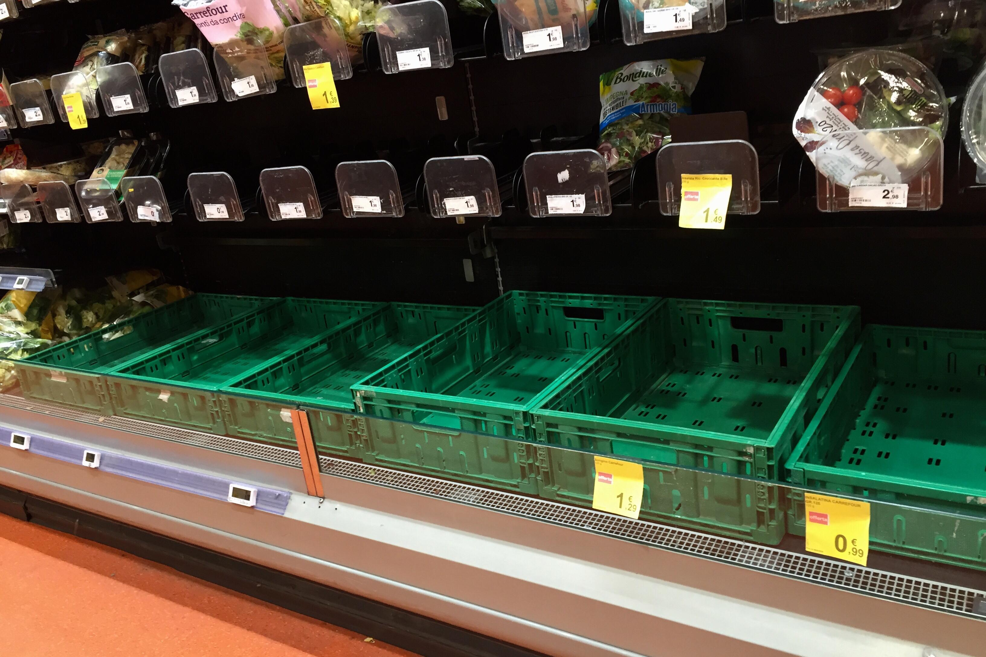 Coronavirus. supermercati presi d'assalto nel milanese  (AP Photo/Luca Bruno)