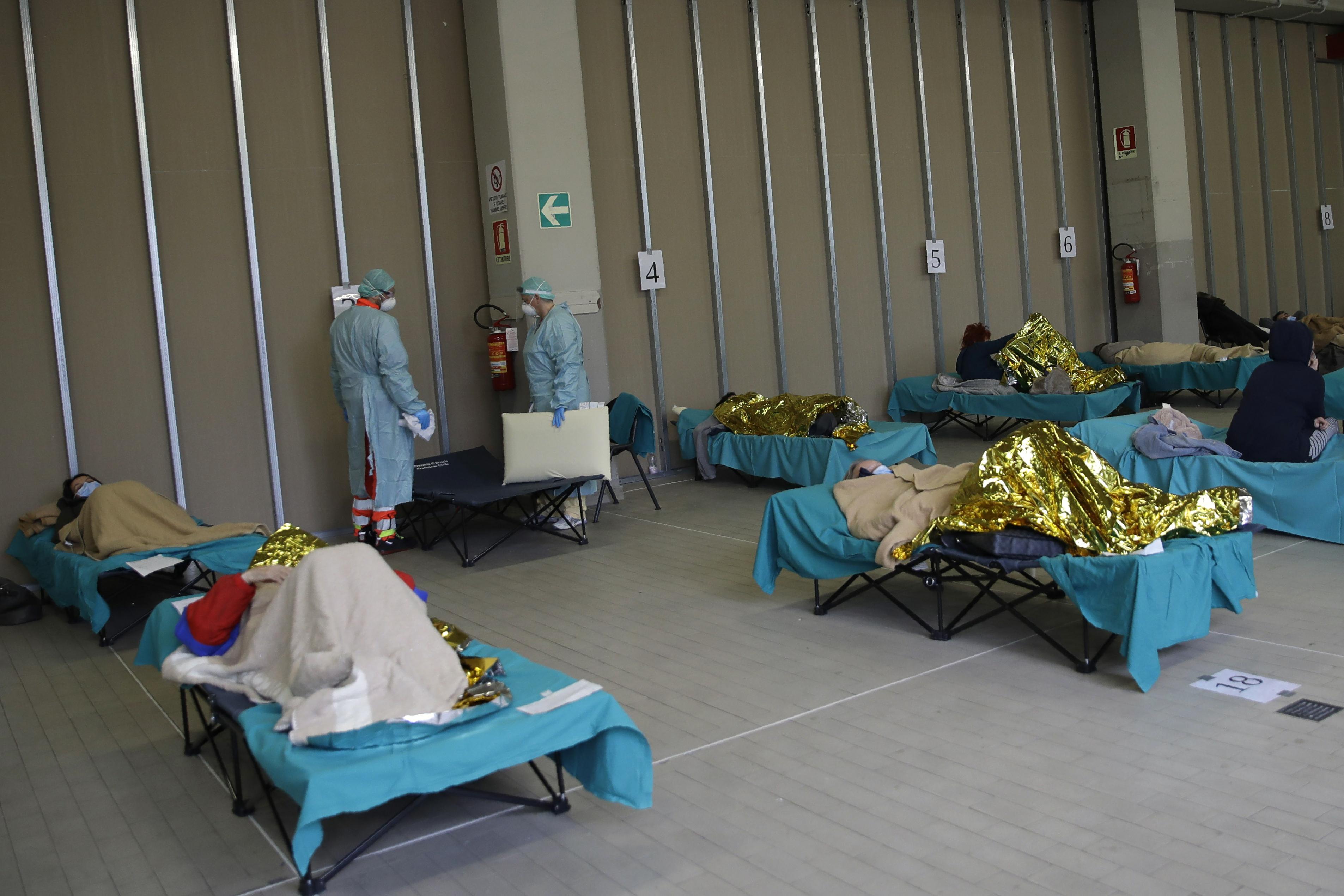 Coronavirus, strutture di emergenza all'ospedale di Brescia (AP Photo/Luca Bruno)
