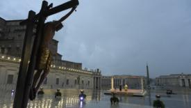Papa Francesco: nella tempesta abbracciamo la speranza