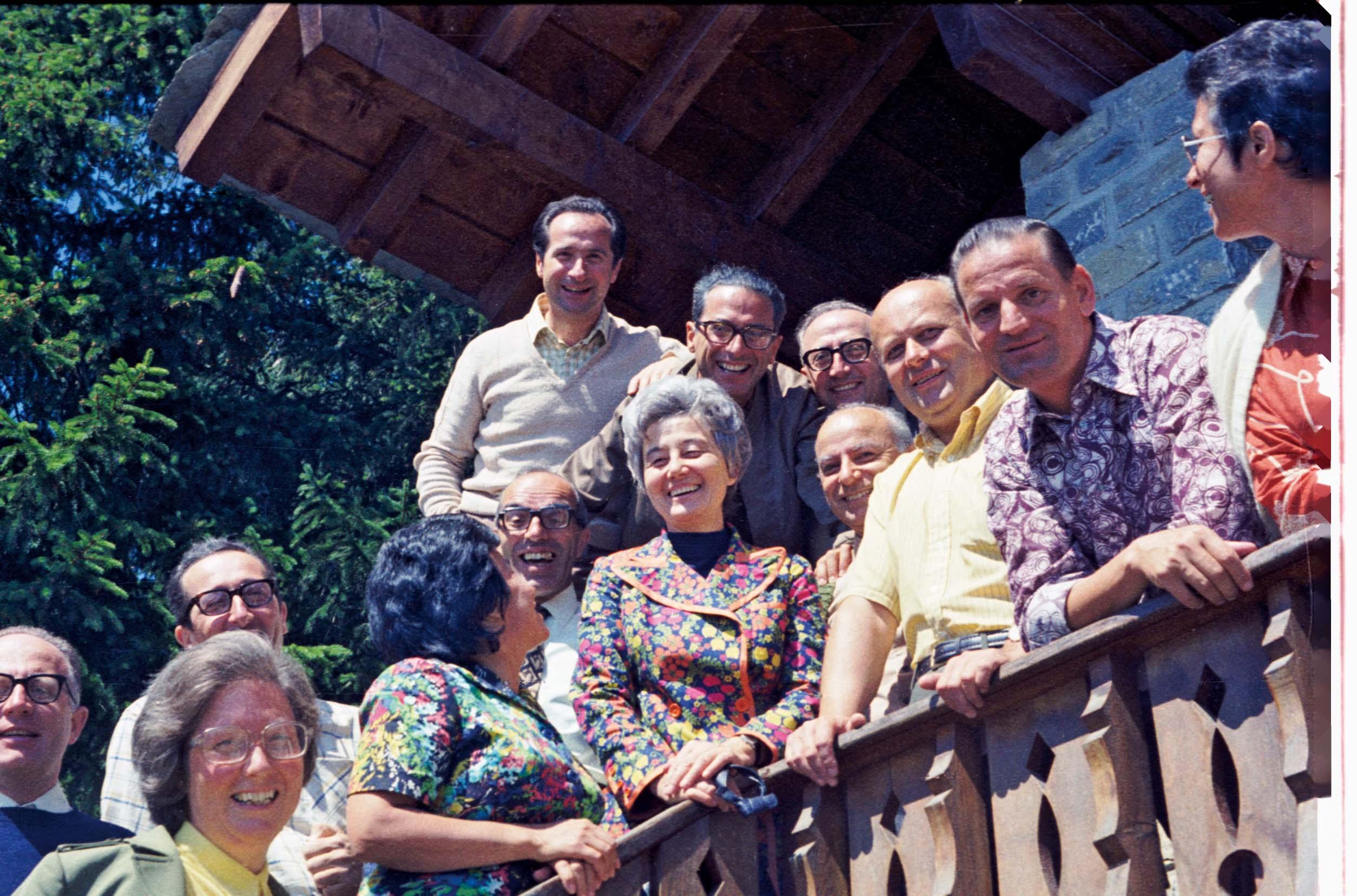 Estate 1977 - Intorno a Chiara, da sinistra: Lionello, Claretta, Guglielmo, Bruna, don Silvano, Fede, Vitaliano, padre Novo, Antonio, Cari, Marco, Palmira.