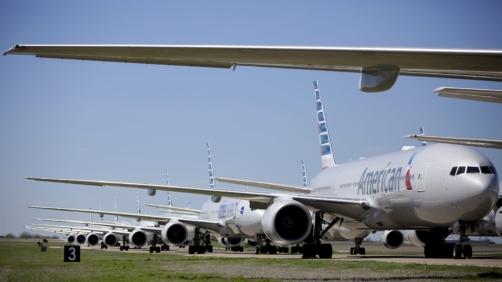 Boeing 777 de American Airlines se ven estacionados en el Aeropuerto Internacional de Tulsa, el miércoles, 25 de marzo del 2020. American Airlines tiene 44 aviones fuera de servicio en el aeropuerto debido a la reducción de su calendario de vuelos por la pandemia de coronavirus.  (Mike Simons/Tulsa World vía AP)