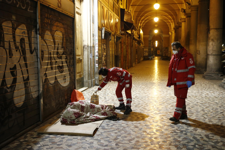 Assistenza Crocerossa ai senzatetto (Foto Cecilia Fabiano - LaPresse)