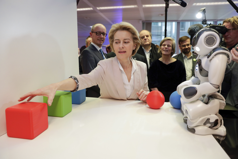 """La presidente della Commissione europea, Ursula von der Leyen, esamina l'invenzione """"Parli robot?"""", presso l'IA Xperience Center, a Bruxelles."""