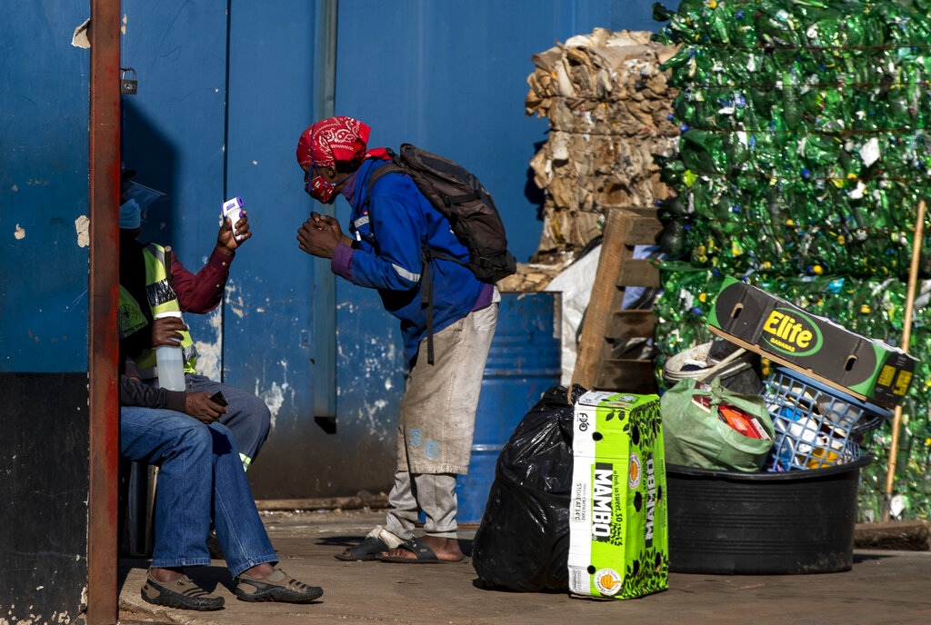 Controllo virus tra i poveri in Sudafrica. (AP Photo/Themba Hadebe)