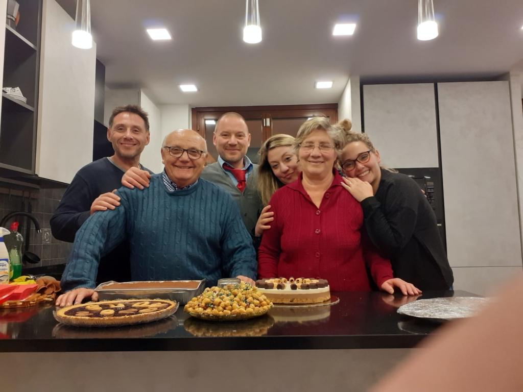 Da sinistra: Raffaele, il papà Giorgio, Valerio, Stefania, la mamma Mafalda, Maria.