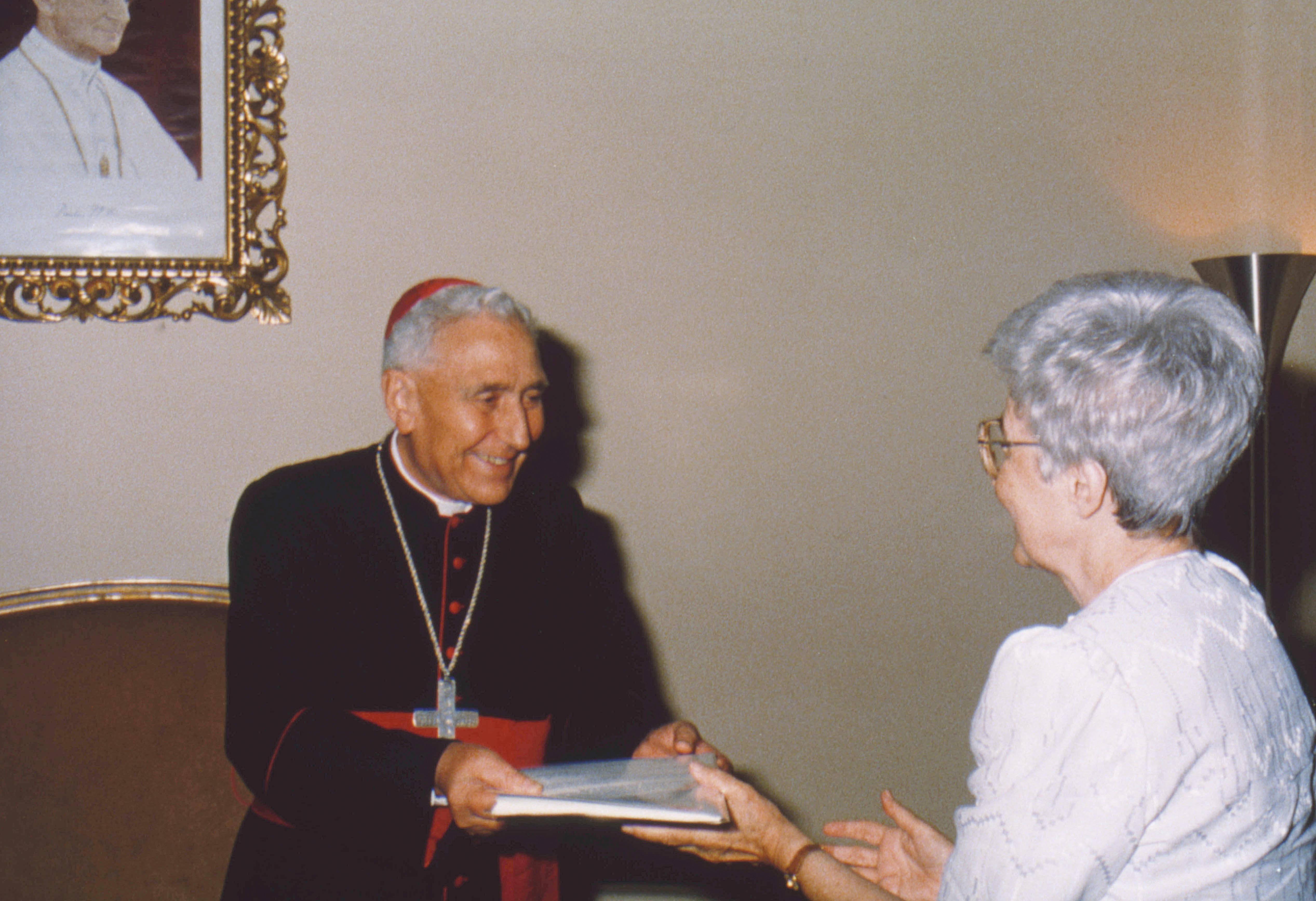 1990. Chiara Lubich riceve dalle mani del card. Eduardo Pironio gli Statuti generali dell'Opera di Maria con il decreto di approvazione.