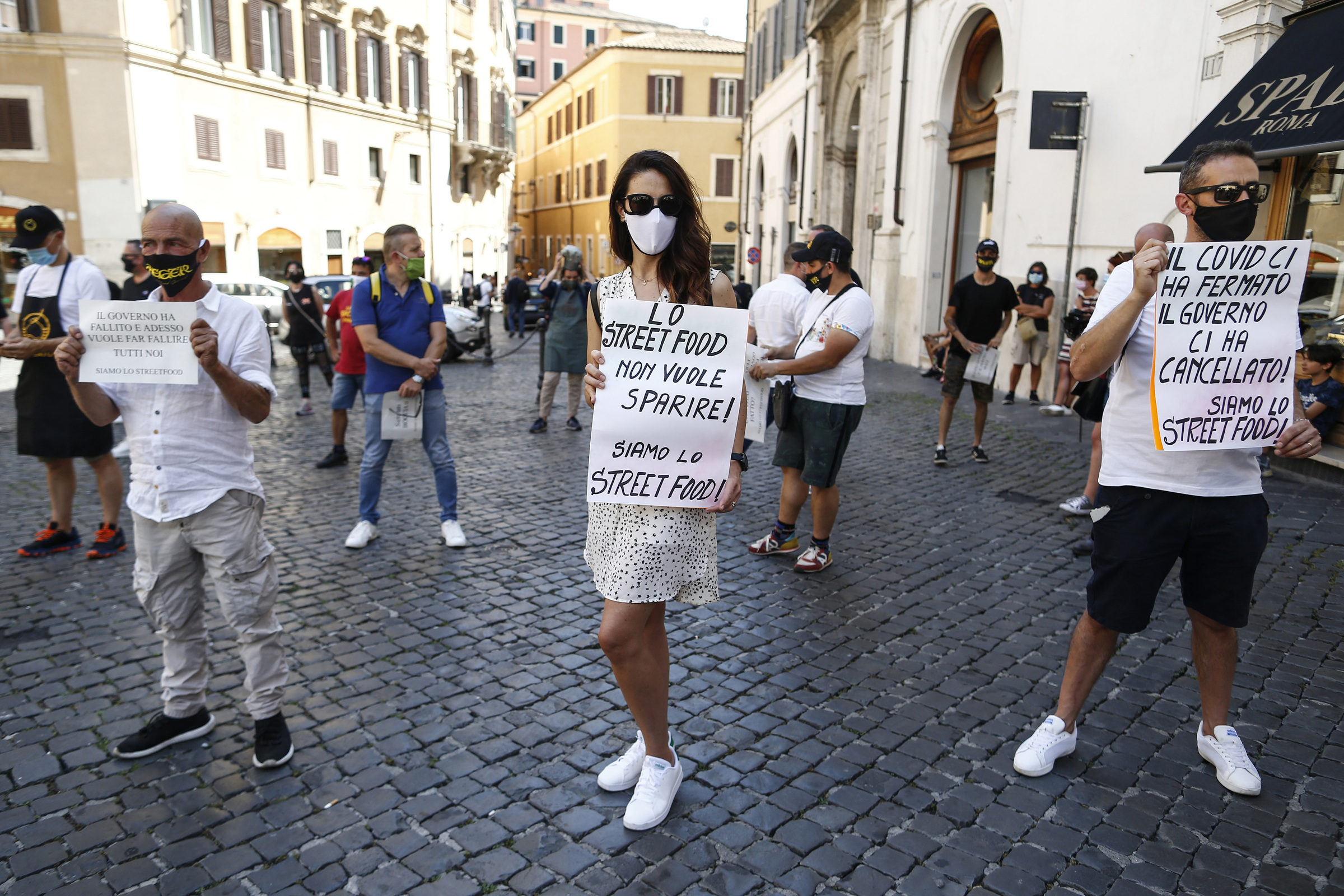 Foto Cecilia Fabiano/ LaPresse  23 Giugno 2020 Roma   (Italia) Cronaca  Flash mob degli operatori dello street food davanti a Montecitorio  Nella Foto : la manifestazione degli ambulanti  Photo Cecilia Fabiano/LaPresse June 23 , 2020  Rome  (Italy)  News Street food workers protesting  in front of the government palace  In the pic : the demonstration