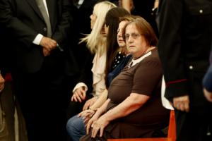 27 giugno 2019. La mamma Vanda con un vestito marrone ai funerali del figlio.