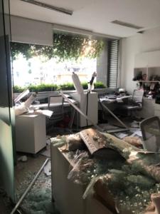 Edifici distrutti e crivellati da schegge di vetro, nel centro di Beirut