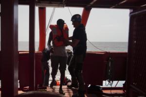 Il Ocean Viking in un'operazione di salvataggio nel Mediterraneo. (AP Photo/Renata Brito)