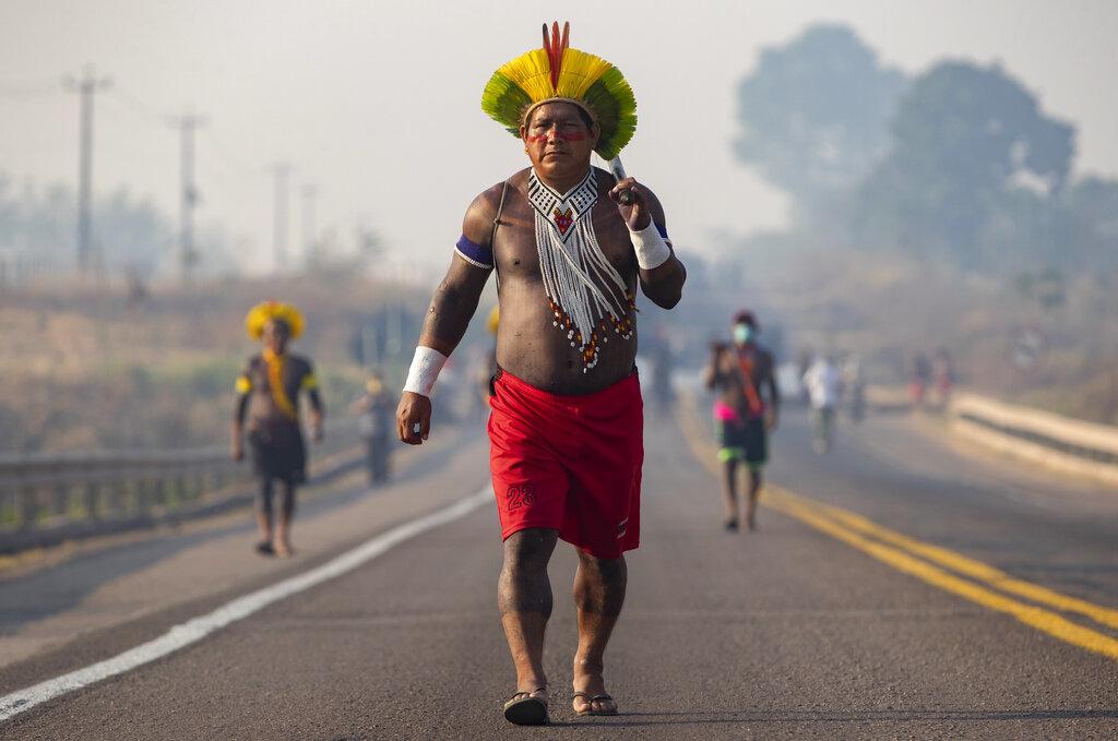 Indigeni  Kayapo bloccano un'autostrada in Brasile per protestare contro il governo disinteressato della loro condizione per via della pandemia (AP Photo / Andre Penner)