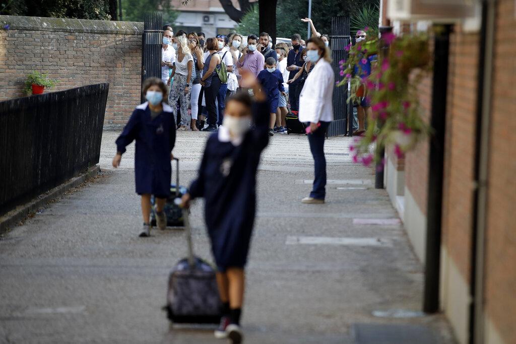 Primo giorno di scuola post Covid (Alessandra Tarantino/AP)