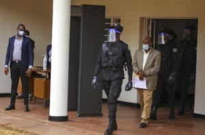 Paul Rusesabagina è condotto fuori dalla Corte primaria di Kicukiro a Kigali, Ruanda (AP Photo/Muhizi Olivier)