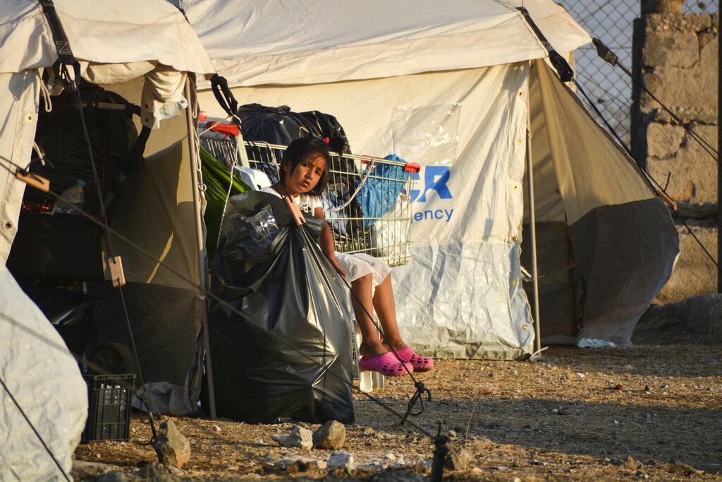 Una bambina nel campo migranti di Lesbo (AP Photo/Panagiotis Balaskas)